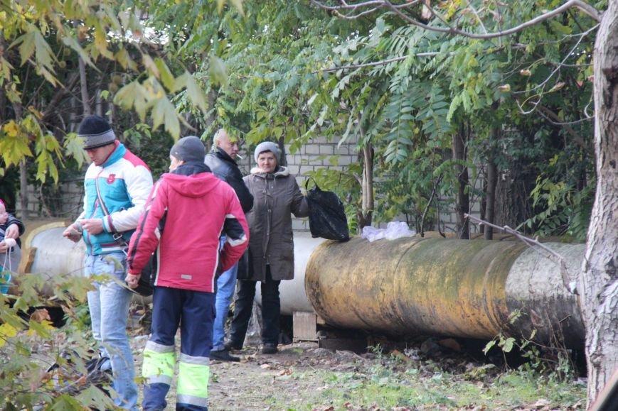 В Херсоне полиция на глазах продавца и клиентов уничтожила 2,5 литра самогона (фото), фото-1