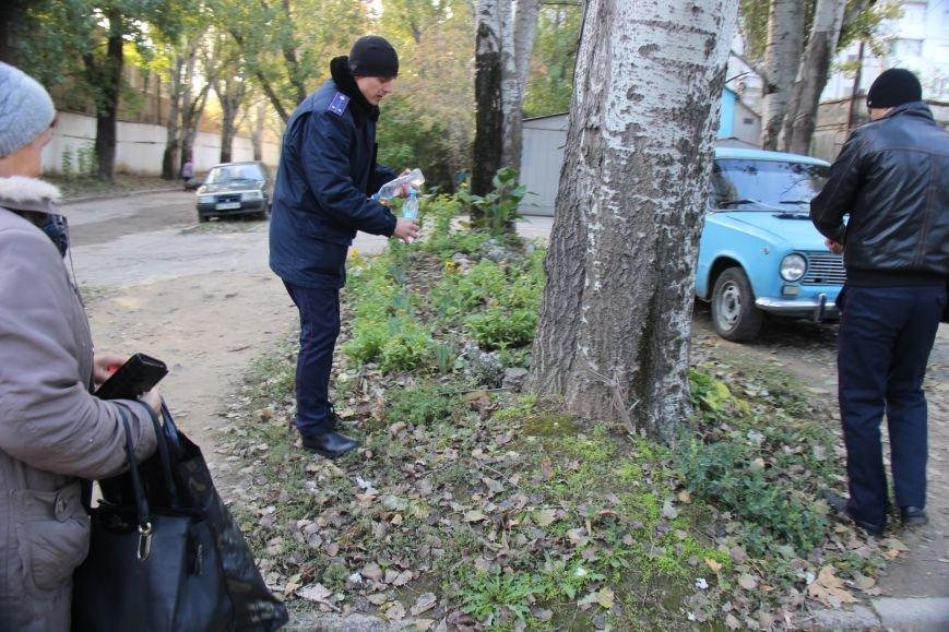 В Херсоне полиция на глазах продавца и клиентов уничтожила 2,5 литра самогона (фото), фото-4