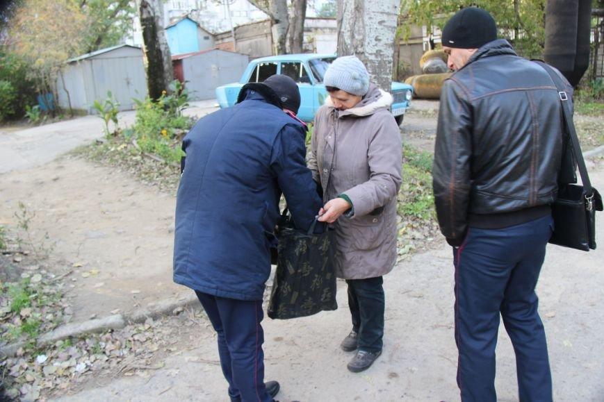 В Херсоне полиция на глазах продавца и клиентов уничтожила 2,5 литра самогона (фото), фото-2