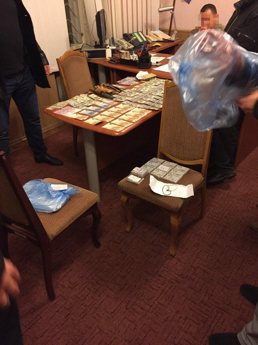 Як у Тернополі затримали військового комісара на багатотисячному хабарі (Фото), фото-1
