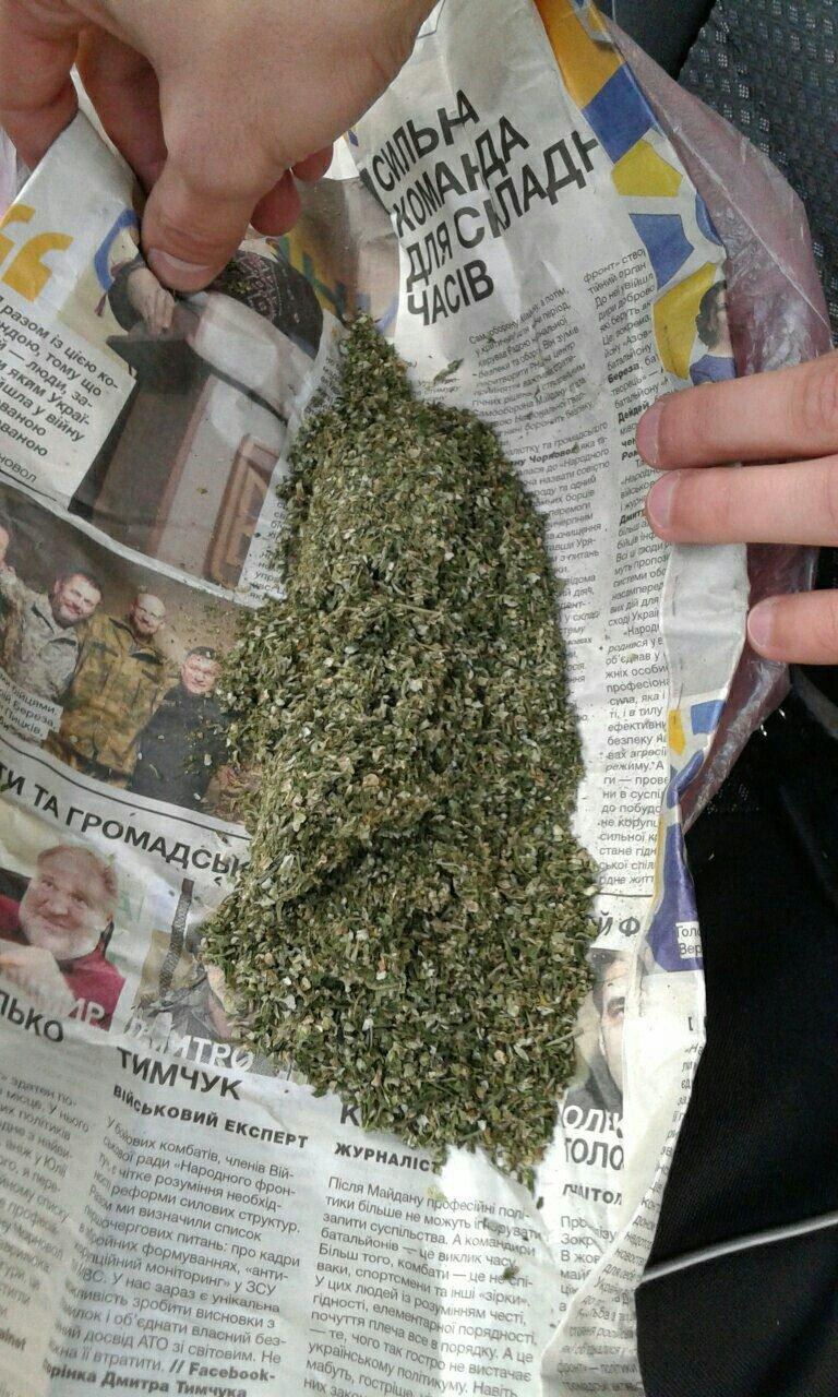 "В Каменском мужчина с ""травкой"" в кармане курил на детской площадке, фото-2"
