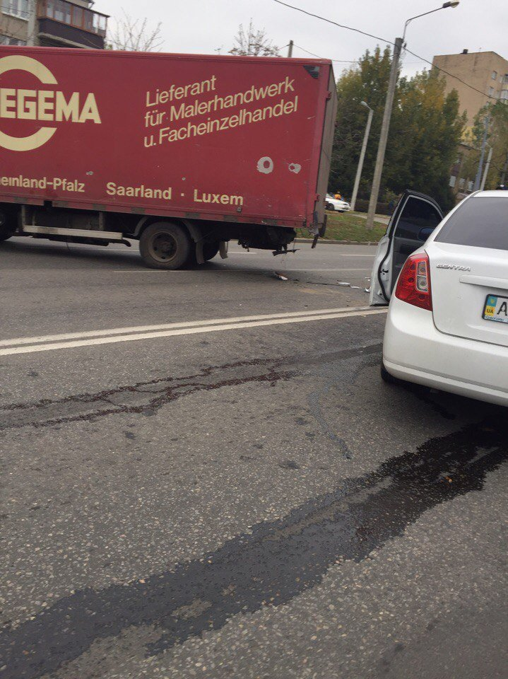 """На Полтавском Шляхе столкнулись грузовик и """"легковушка"""": есть пострадавшие (ФОТО), фото-1"""