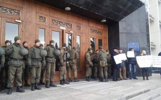 Жители Черноморска проводят митинг у здания Одесской облгосадминистрации (фото), фото-1