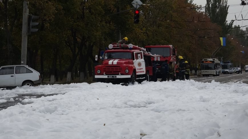 "В Мариуполе на пр. Нахимова выпал ""снег"" (ФОТОРЕПОРТАЖ, ВИДЕО), фото-1"