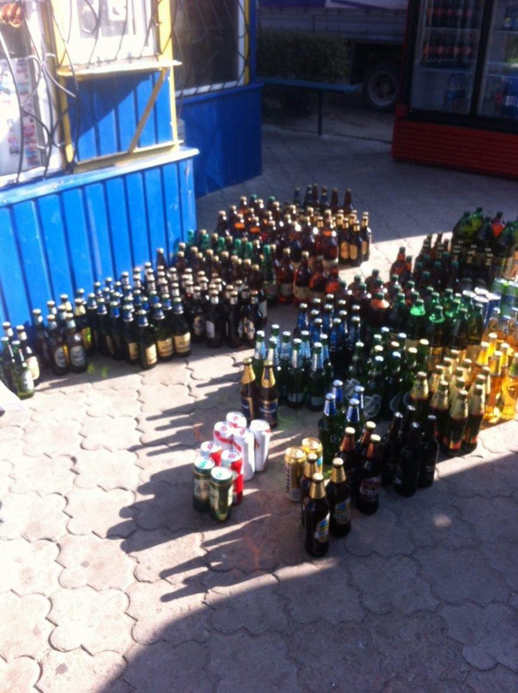 В киоске на левобережье Каменского изъяли 501 бутылку алкоголя без лицензии и российские сигареты, фото-2