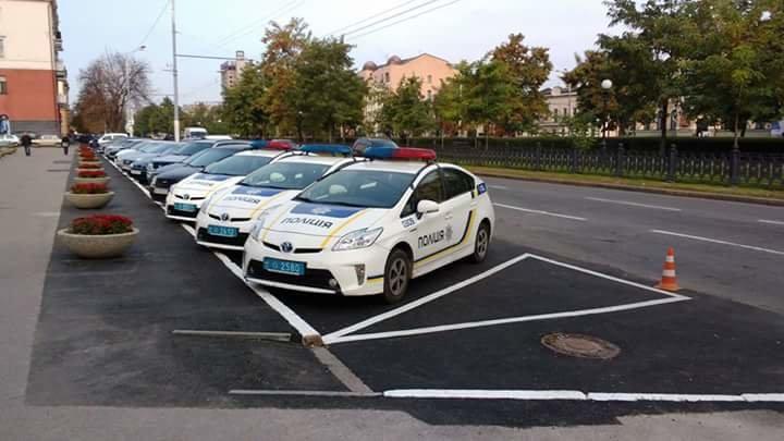 Днепровские копы заняли место для инвалидов на парковке перед горсоветом (ФОТО), фото-2