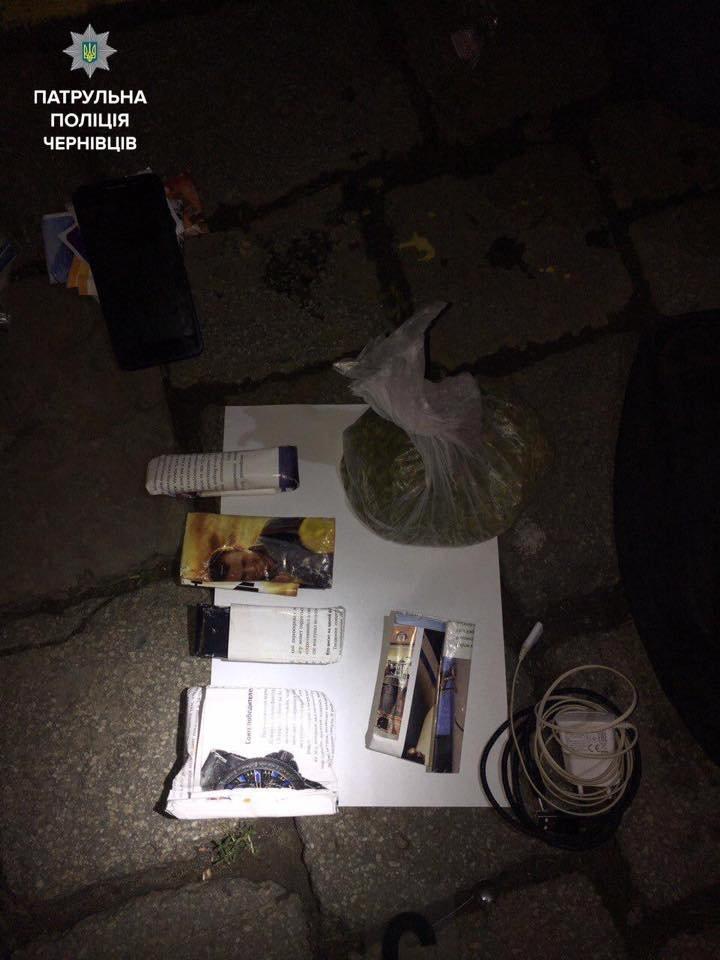 Патрульні затримали чоловіка, який мав при собі велику кількість наркотичних речовин (ФОТО), фото-1