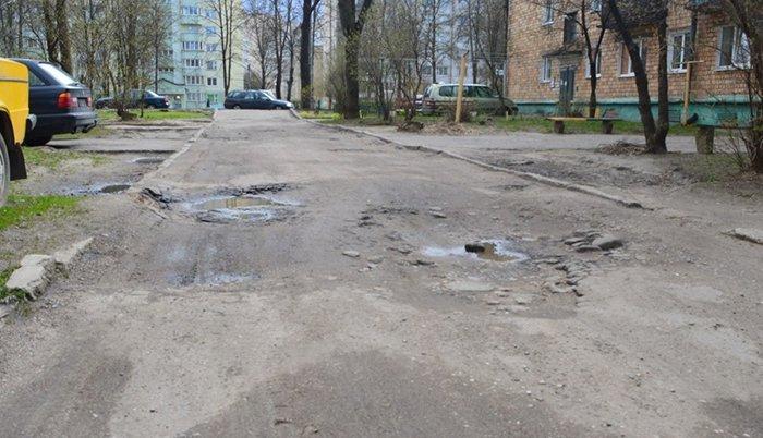 """""""Подсыпали ямы битым асфальтом, но хватило ненадолго"""": жильцы дома на ул. Гагарина в Гродно отчаянно просят сделать дороги во дворе, фото-3"""