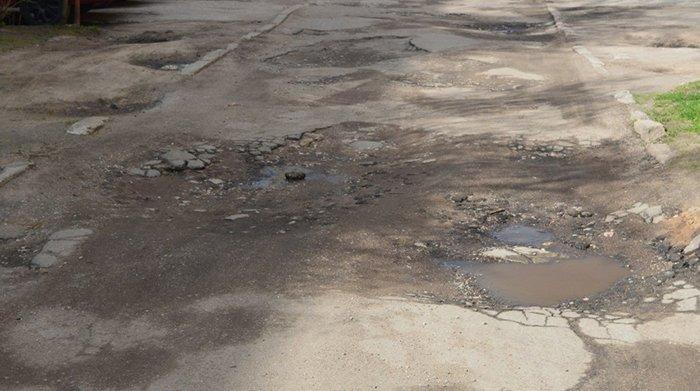 """""""Подсыпали ямы битым асфальтом, но хватило ненадолго"""": жильцы дома на ул. Гагарина в Гродно отчаянно просят сделать дороги во дворе, фото-4"""
