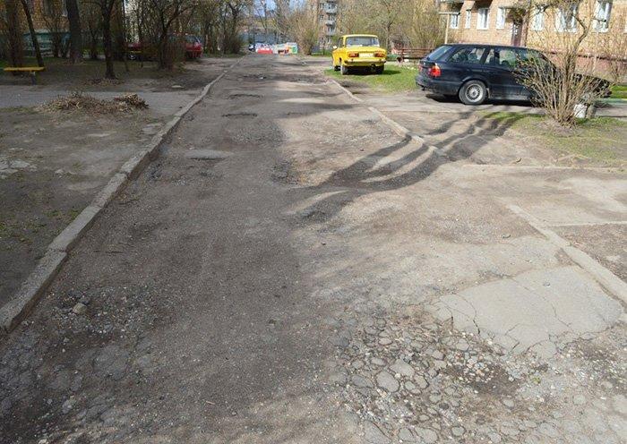 """""""Подсыпали ямы битым асфальтом, но хватило ненадолго"""": жильцы дома на ул. Гагарина в Гродно отчаянно просят сделать дороги во дворе, фото-2"""