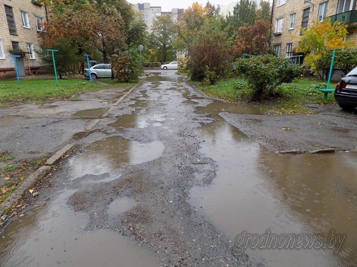 """""""Подсыпали ямы битым асфальтом, но хватило ненадолго"""": жильцы дома на ул. Гагарина в Гродно отчаянно просят сделать дороги во дворе, фото-1"""