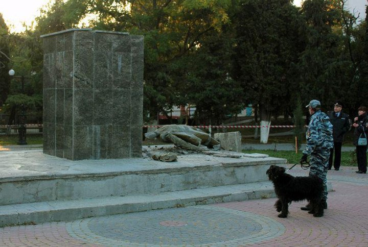 В Судаке неизвестные снесли памятник Ленину (ФОТО), фото-4