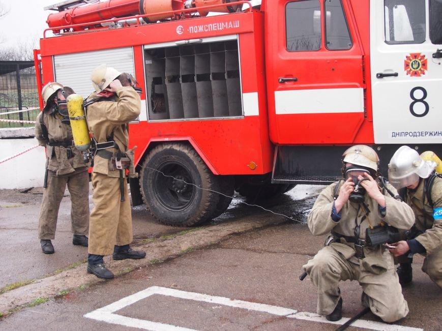 Каменские пожарные снова тушили пожар в подвале многоэтажки в центре города, фото-1