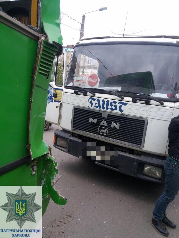 В Харькове грузовик врезался в маршрутку с пассажирами (ФОТО), фото-2