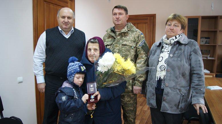 Медаль «За мужество» ІІІ степени погибшего в АТО жителя Херсонщины получила его мать (фото), фото-1