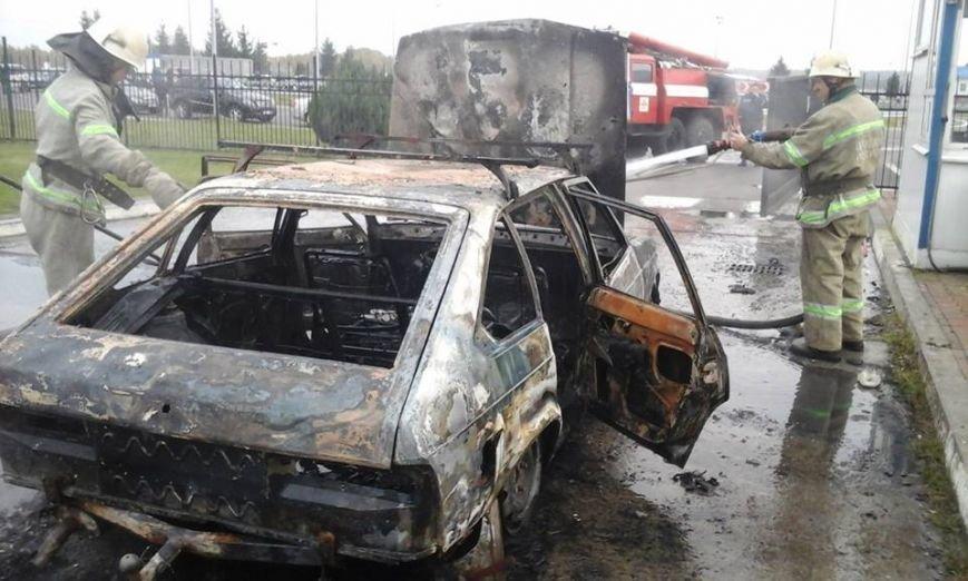 На території митного пункту пропуску «Краковець» згорів автомобіль (ФОТО), фото-3