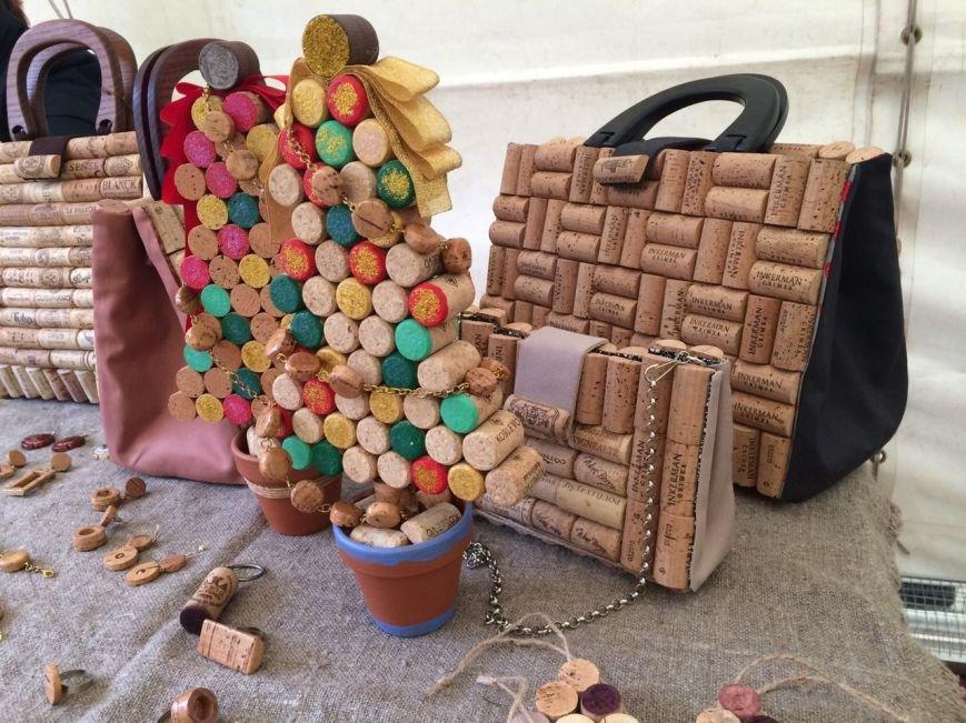 У Львові показують колекцію сумочок, а також сукні із корків (ФОТО), фото-9