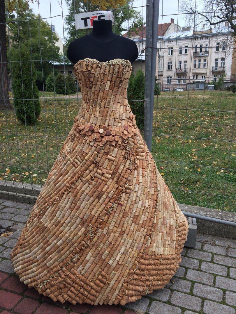 У Львові показують колекцію сумочок, а також сукні із корків (ФОТО), фото-3