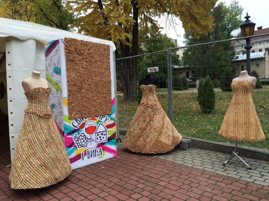 У Львові показують колекцію сумочок, а також сукні із корків (ФОТО), фото-12