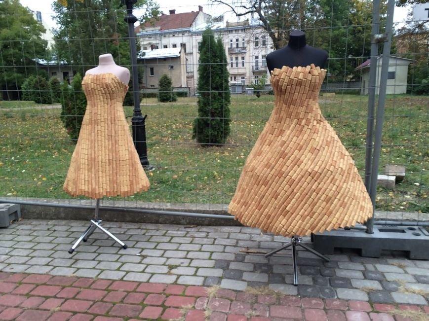 У Львові показують колекцію сумочок, а також сукні із корків (ФОТО), фото-1