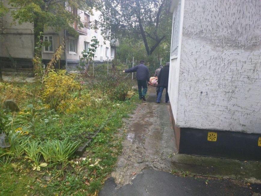 На Новому Львові біля будинків виявили тіло мертвого чоловіка, фото-1