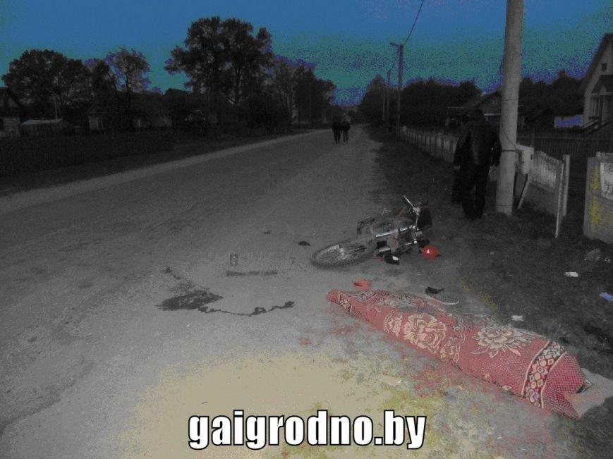 Под Вороново малолетний бесправник на мотоцикле вылетел с дороги и врезался в забор: парень погиб, фото-1