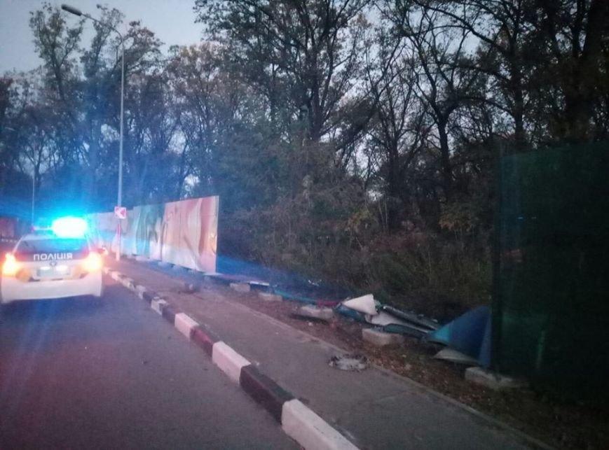 В Харькове водитель иномарки врезался в ограждение и сбежал с места ДТП (ФОТО), фото-2