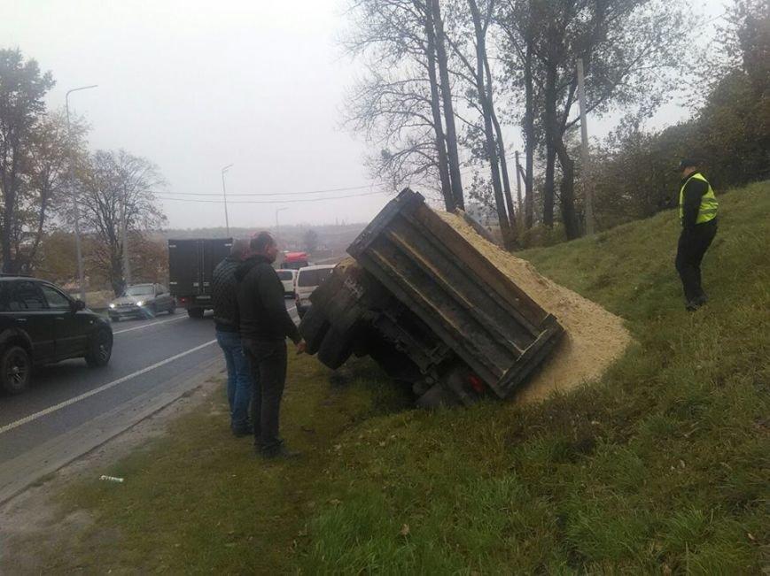 На автодорозі поблизу села Зубра перекинулася вантажівка із піском (ФОТО), фото-2