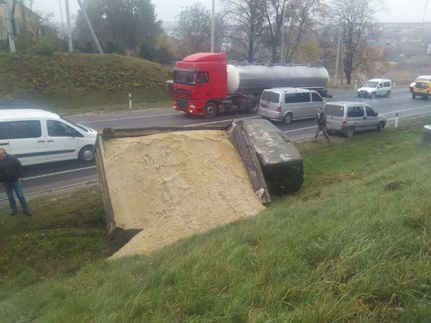 На автодорозі поблизу села Зубра перекинулася вантажівка із піском (ФОТО), фото-1