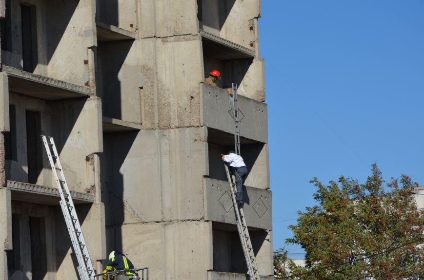 В Мариуполе на глазах у Жебривского из обстрелянного дома спасли 12 человек (ФОТО+ВИДЕО), фото-14