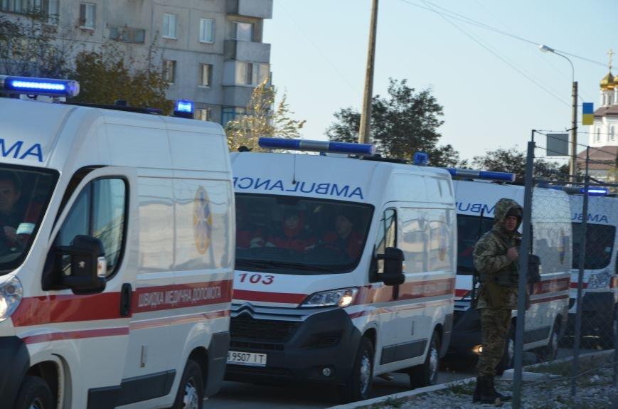 В Мариуполе на глазах у Жебривского из обстрелянного дома спасли 12 человек (ФОТО+ВИДЕО), фото-24