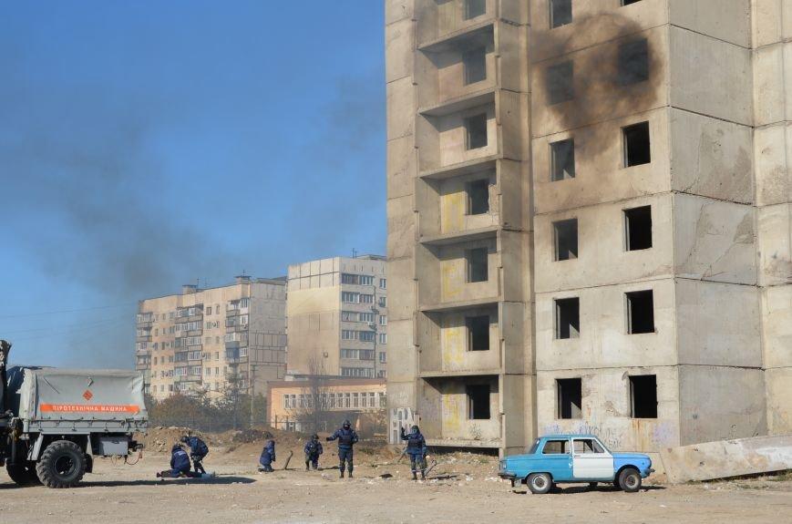 В Мариуполе на глазах у Жебривского из обстрелянного дома спасли 12 человек (ФОТО+ВИДЕО), фото-3