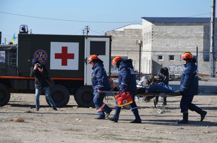 В Мариуполе на глазах у Жебривского из обстрелянного дома спасли 12 человек (ФОТО+ВИДЕО), фото-22
