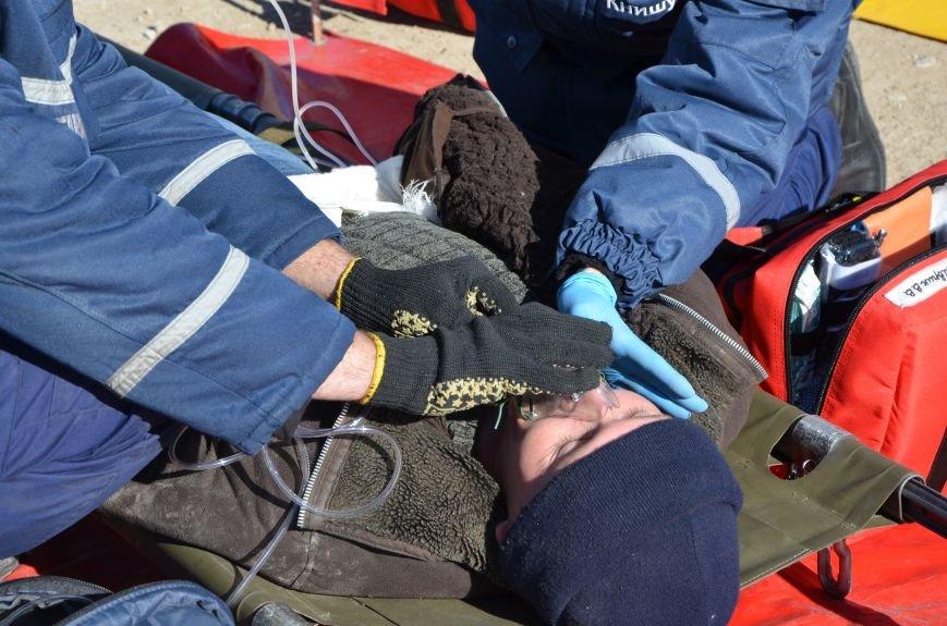 В Мариуполе на глазах у Жебривского из обстрелянного дома спасли 12 человек (ФОТО+ВИДЕО), фото-6