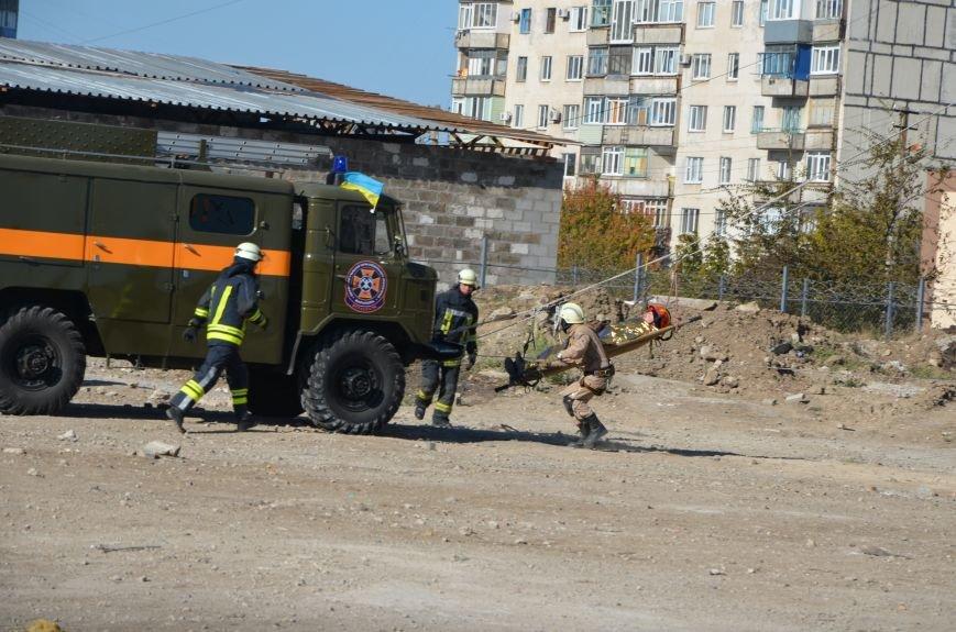 В Мариуполе на глазах у Жебривского из обстрелянного дома спасли 12 человек (ФОТО+ВИДЕО), фото-28