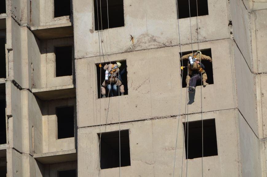 В Мариуполе на глазах у Жебривского из обстрелянного дома спасли 12 человек (ФОТО+ВИДЕО), фото-25