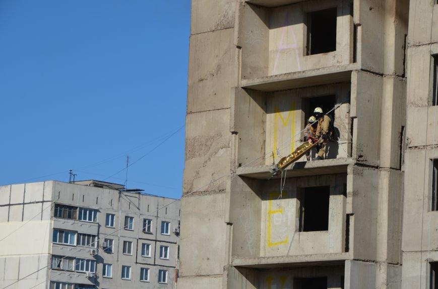 В Мариуполе на глазах у Жебривского из обстрелянного дома спасли 12 человек (ФОТО+ВИДЕО), фото-26