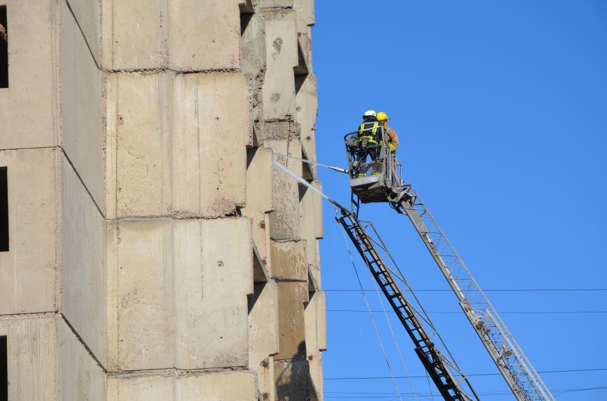 В Мариуполе на глазах у Жебривского из обстрелянного дома спасли 12 человек (ФОТО+ВИДЕО), фото-29