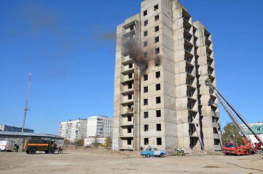 В Мариуполе на глазах у Жебривского из обстрелянного дома спасли 12 человек (ФОТО+ВИДЕО), фото-4