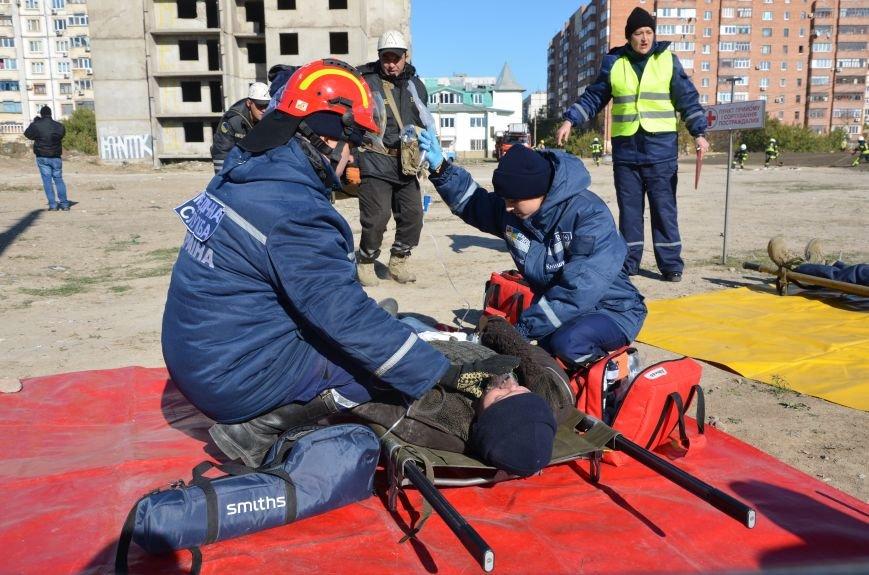 В Мариуполе на глазах у Жебривского из обстрелянного дома спасли 12 человек (ФОТО+ВИДЕО), фото-23