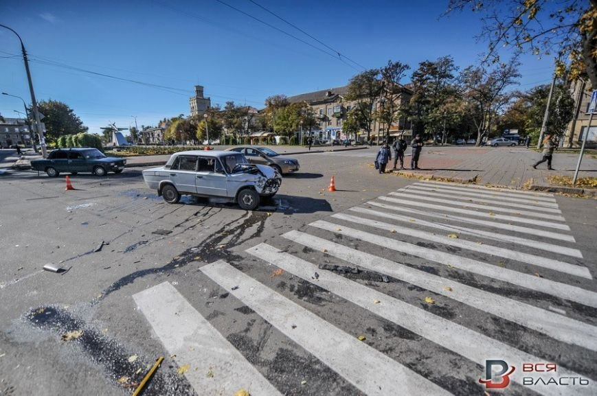 В центре Запорожья такси врезалось в маршрутку, - ФОТО, фото-1