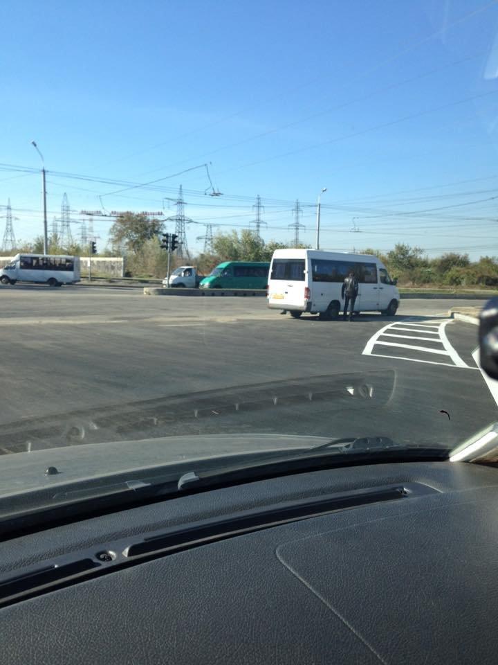 В Запорожье маршрутка пробила колесо на дороге, которую только на днях открыли, - ФОТО, фото-2