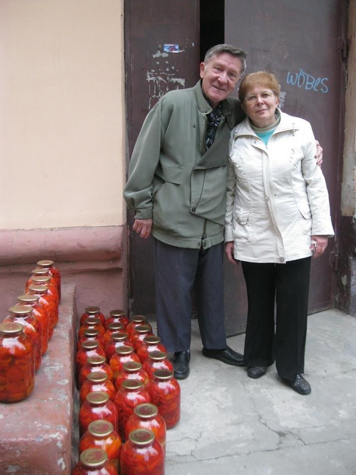 Супруги из Херсона для бойцов в АТО передали 131 трехлитровую банку с закатанным перцем (фото), фото-1