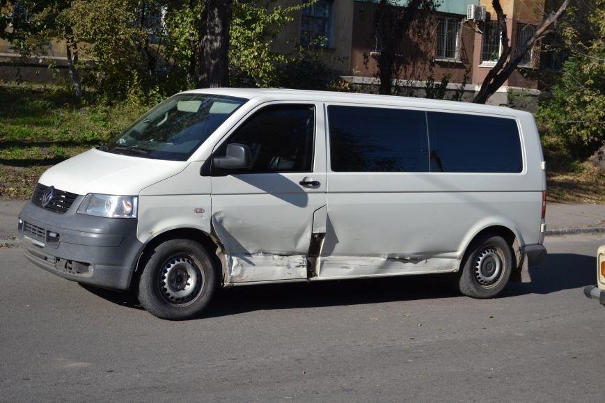 """В Каменском в ДТП столкнулись """"Лексус"""" и микроавтобус """"Фольксваген"""", фото-1"""