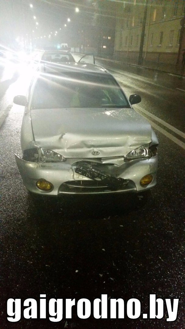 """В Гродно бесправник на Хёндэ """"зазевался"""" на мокрой дороге и врезался в бус - пассажир разбил головой лобовое стекло, фото-3"""