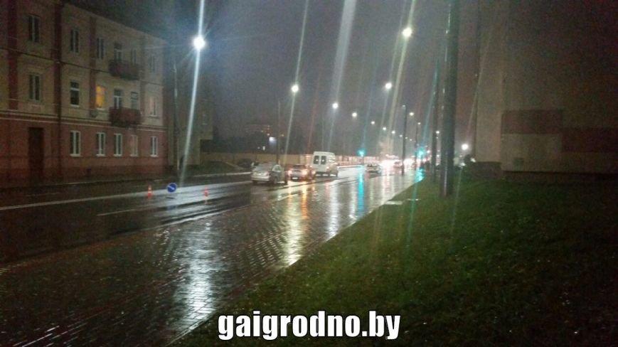 """В Гродно бесправник на Хёндэ """"зазевался"""" на мокрой дороге и врезался в бус - пассажир разбил головой лобовое стекло, фото-2"""