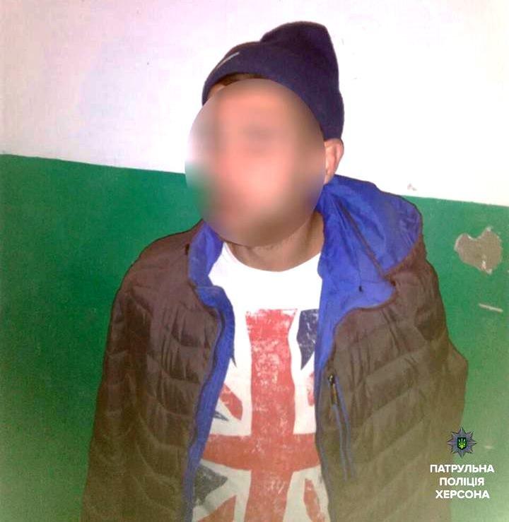 Херсонские патрульные обнаружили у молодого человека шприц с наркотическим веществом (фото), фото-1