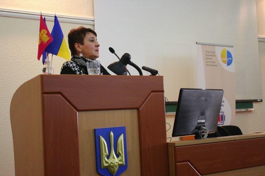 """Оксана Забужко в Запорожье презентовала свою новую книгу """"І знов я влізаю в танк"""", - ФОТОРЕПОРТАЖ, фото-1"""