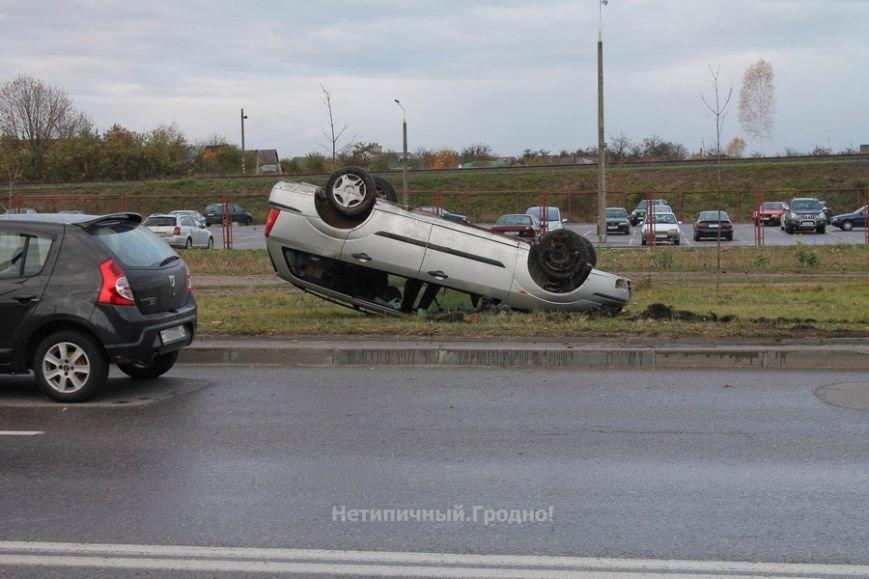 В Гродно Форд вылетел с дороги и перевернулся после неудачного перестроения, фото-4