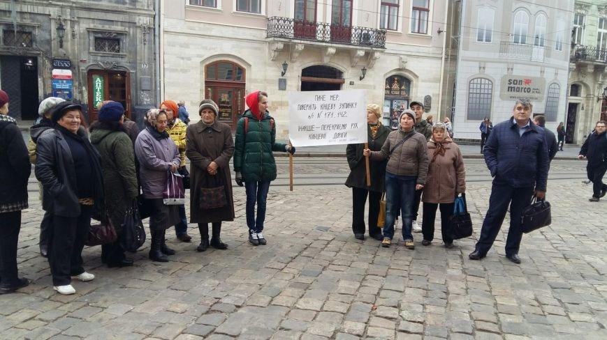 На площі Ринок пікет: люди вимагають повернення кінцевих зупинок приміських маршрутів на площу Святого Теодора (ФОТО), фото-1